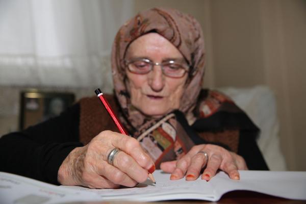 87 yaşındaki kadının okuma yazma azmi