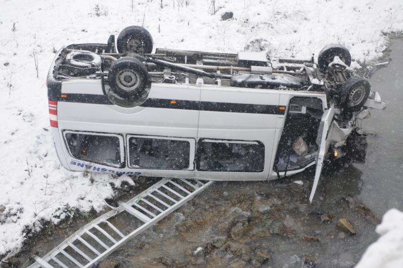 Minibüs Dereye Uçtu: 15 Yaralı