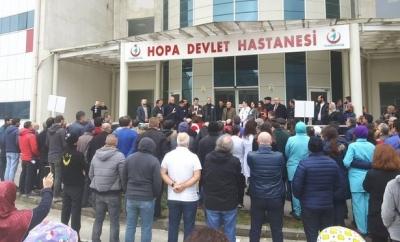 Hopa'da Doktora Çirkin Saldırı... Kalabalık Hastanede Toplandı