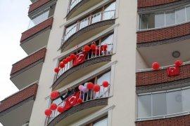 Rize'de Balkonlarda 23 Nisan Coşkusu