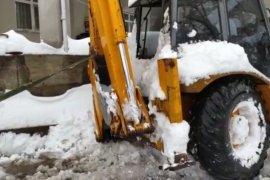 Kara Saplanan İş Makinesini Off-Road Aracı Kurtardı