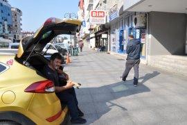 Rize'de Taksici Boş Zamanında Bağlama Çalıyor