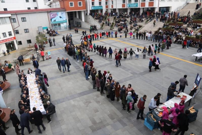 RTEÜ'de Hamsiyi Yiyen Soluğu Horon Halkasında Aldı